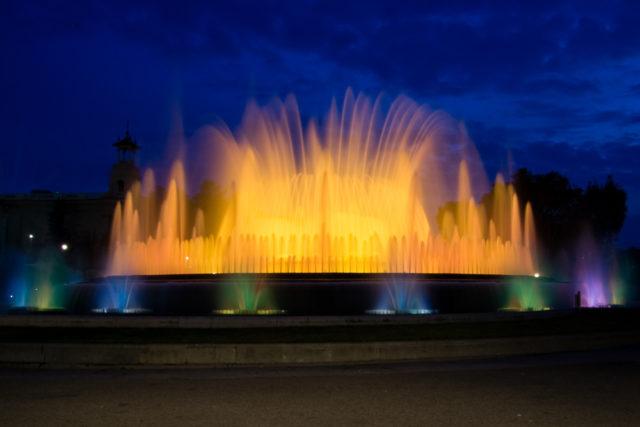 Fotografie nasvícené fontány.