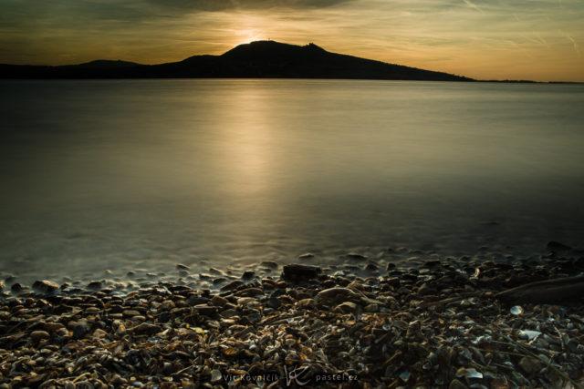 Focení vody při západu slunce s delším časem závěrky.