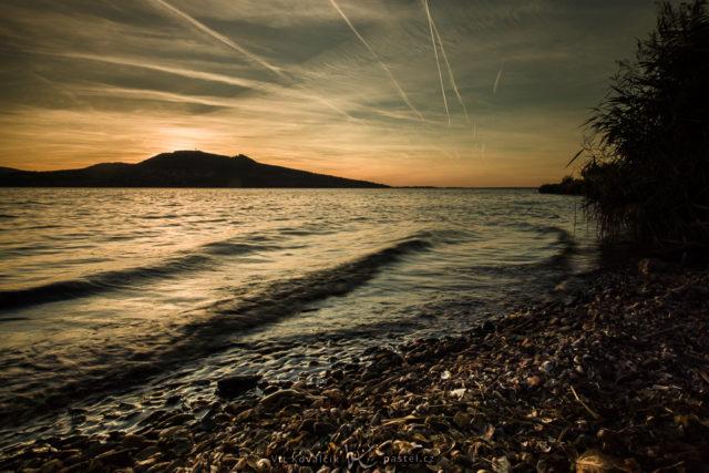 Fotografování vody při západu slunce s krátkým expozičním časem.