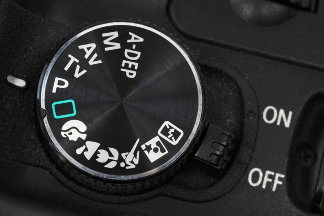 Ovládání fotografických režimů digitální zrcadlovky.