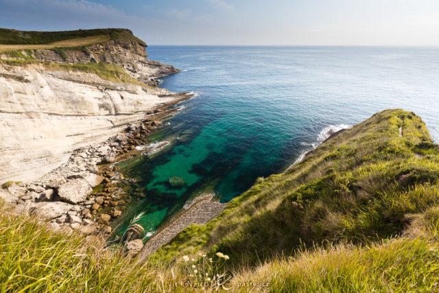 Snímek mořského pobřeží.