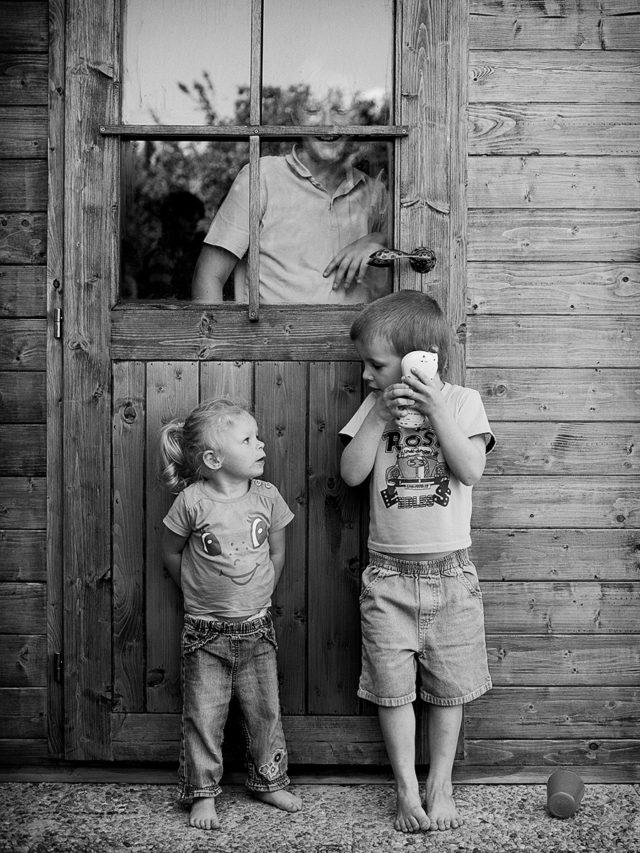 Snímek pořízení při focení dětí za ostrého poledního světla.