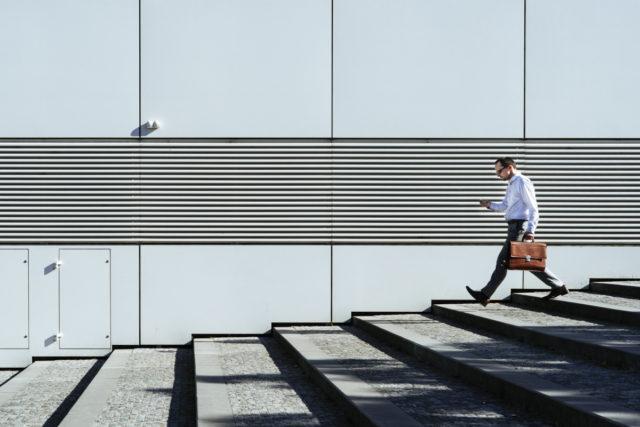 Kompozice pouliční fotografie vyžadující trpělivost.