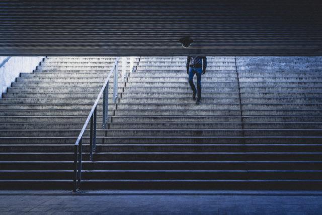 Street fotografie s kreativnější kompozicí, která se snaží neprozradit vše.