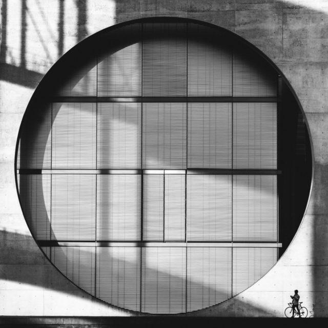 Street fotografie s ořezem, který odstranil rušivé prvky.