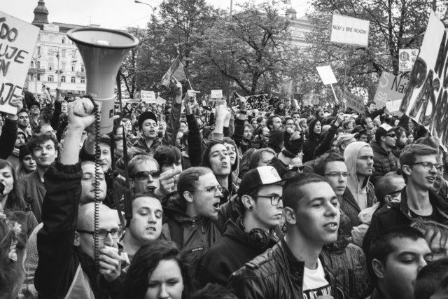 Reportážní fotografie: demonstrující dav