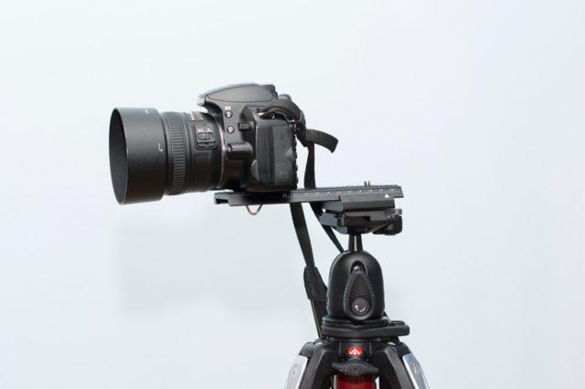 Fotoaparát na sáňkách pro makrofotgrafii.