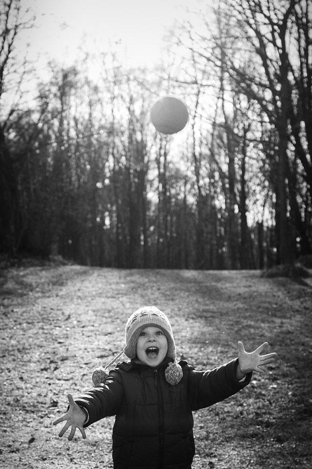 Jak zabavit děti při focení - využití míče