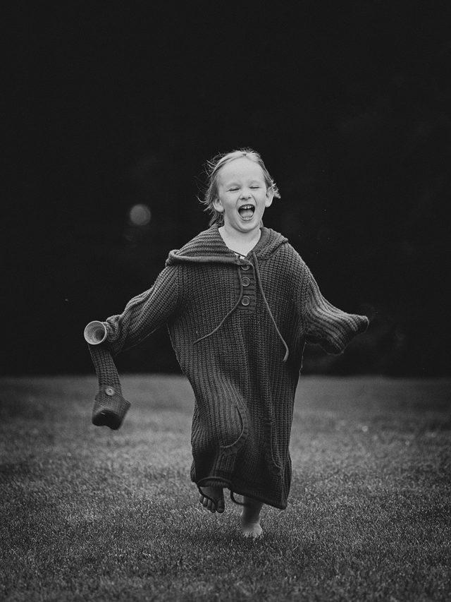 Jak zabavit děti při focení - dítě se starým svetrem
