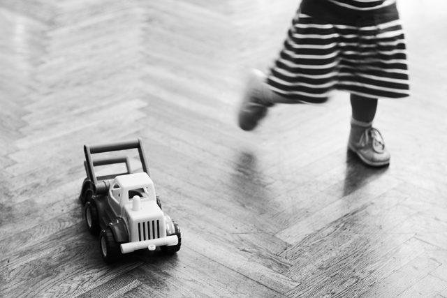 Jak fotit děti: detail nohou a hračky