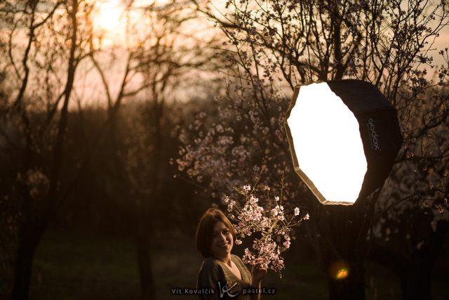 Portrét v protisvětle: záběr scény s bočním nasvícením.