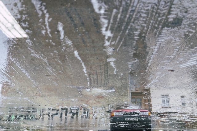 Focení města v zimě: odraz v kaluži.