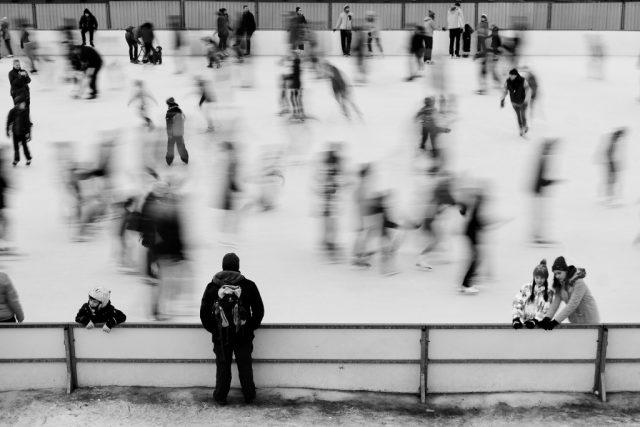 Focení města v zimě: bruslení – rozmazání pohybu.