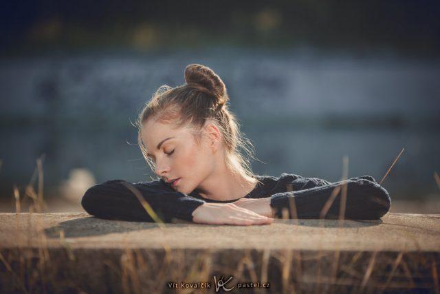 Portrét v protisvětle: Modelku a pozadí odděluje obrysové světlo.