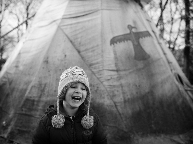 Zimní focení dětí: zimní fotka bez sněhu.