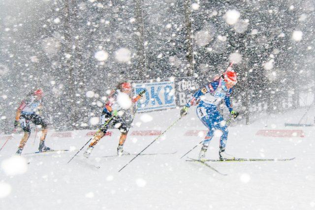 Jak fotit zimní sporty: biatlon v chumelenici.