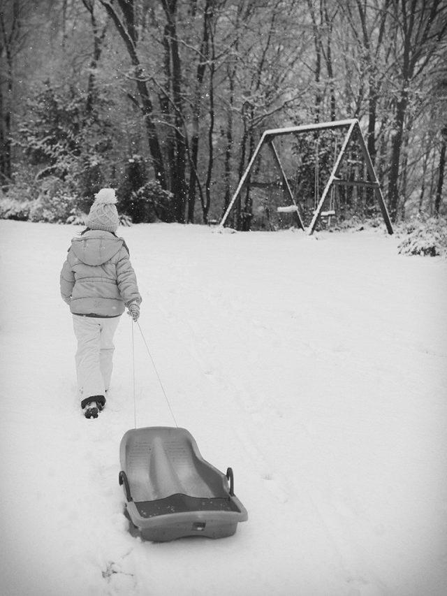 Zimní focení dětí: dítě a boby.
