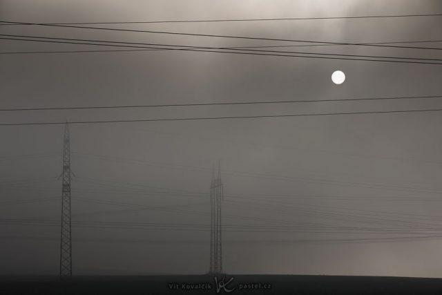 Focení krajiny teleobjektivem: elektrické sloupy v mlze.