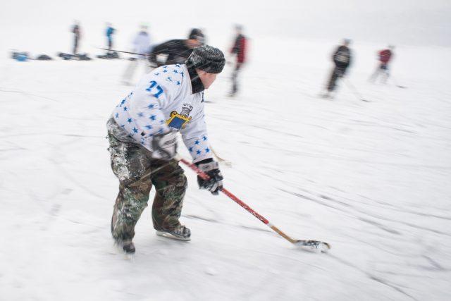 Jak fotit zimní sporty: využití delší expozice pro zvýraznění pohybu.