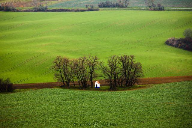 Fotografování krajiny teleobjektivem: snímek kapličky před ořezem.