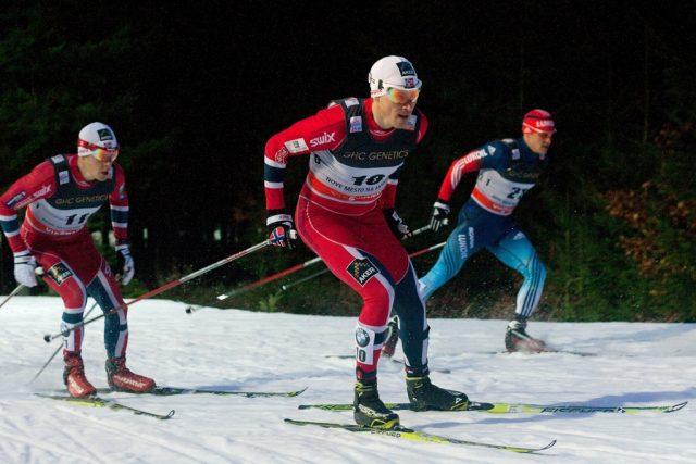 Jak fotit zimní sporty: lyžařské závody pod umělým osvětlením.