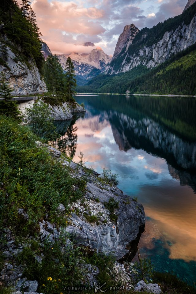 Focení krajiny teleobjektivem: celková scéna - hory ve slunečním světle.