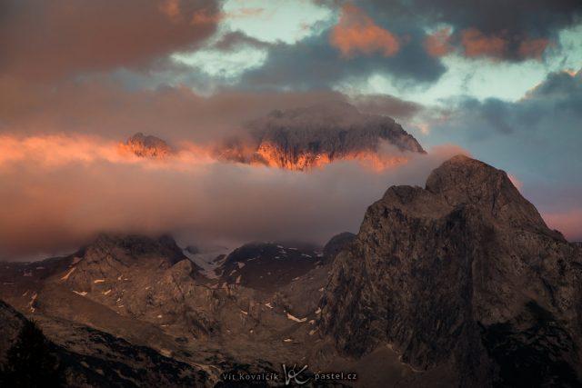 Focení krajiny teleobjektivem: hora ve slunečním světle.