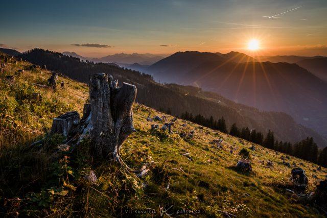 Focení krajiny teleobjektivem: celková scéna - hory a slunce.