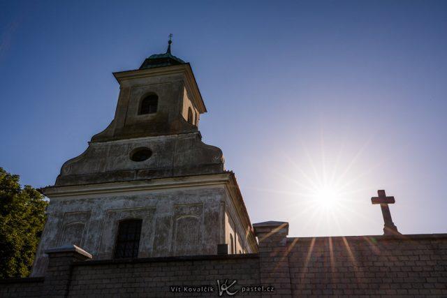 Jak vylepšit kompozici fotografie: kaplička se sluncem.