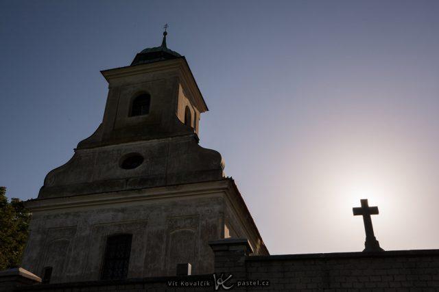 Jak vylepšit kompozici fotografie: kaplička se sluncem skrytým za křížem.