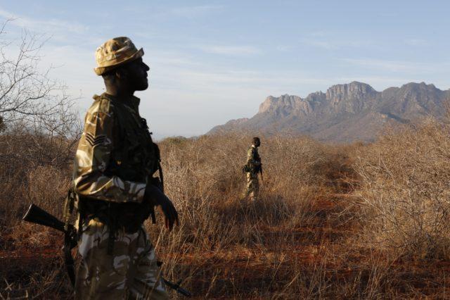 Patrola rangerů Kenya Wildlife Service v rezervaci Ngulia (Keňa). Archiv Jana Svatoše.
