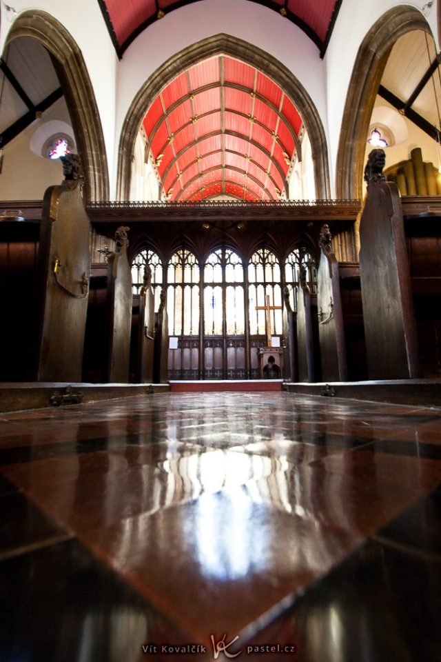 Jak fotit v kostele: snímek pořízený opřením foťáku o podlahu.