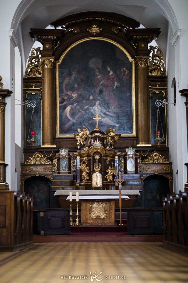 Jak fotit v kostele: rozostřená podlaha kvůli nízké cloně.