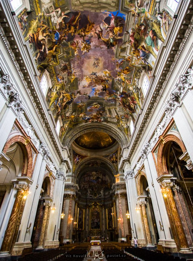Jak fotit v kostele: snímek vyfocený s širokým ohniskem.