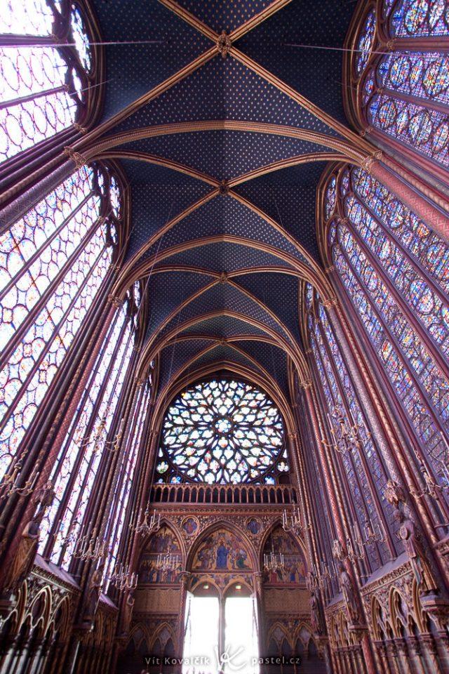 Jak fotit v kostele: snímek s příliš velkým dynamickým rozsahem.