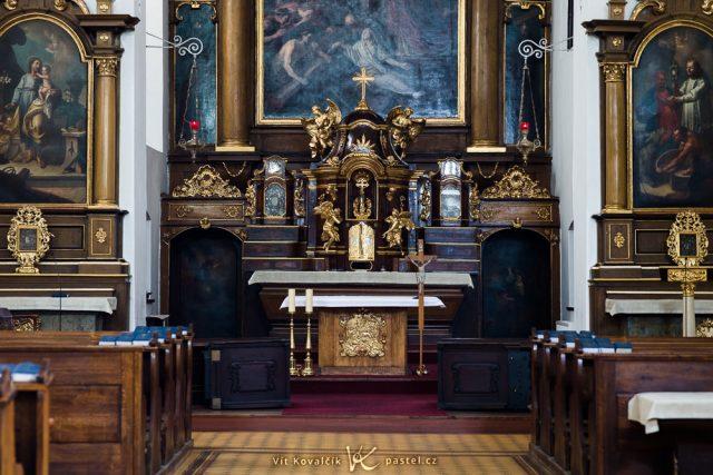 Jak fotit v kostele: ostrý snímek s delším expozičním časem získaný na několik pokusů s pomocí stabilizace.