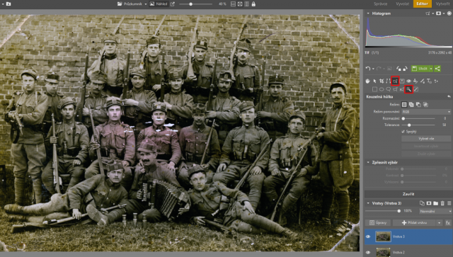 Jak zachránit staré fotografie: doplnění utržených rohů snímku.