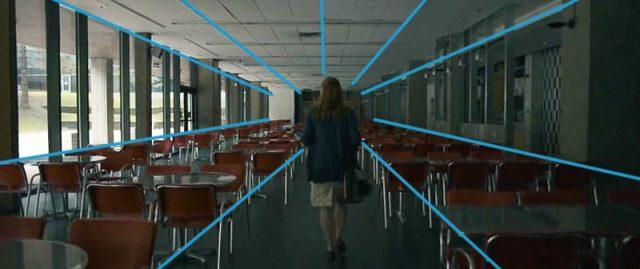 Kompozice ve fotografii a ve filmu: linie směřující k hlavnímu bodu ve filmu Příchozí - znázornění.