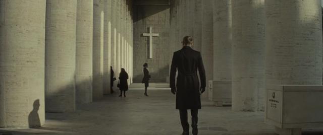 Kompozice ve fotografii a ve filmu: stín v kombinaci s liniemi ve filmu Spectre.
