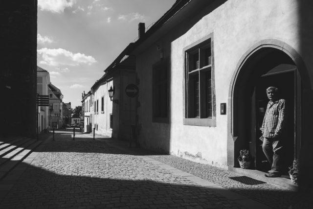 Jak vylepšit černobílé fotografie: využití světla a stínů.