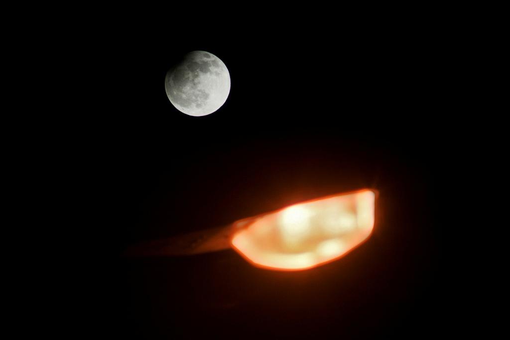 Vyfoťte si zatmění Měsíce -pouliční lampa
