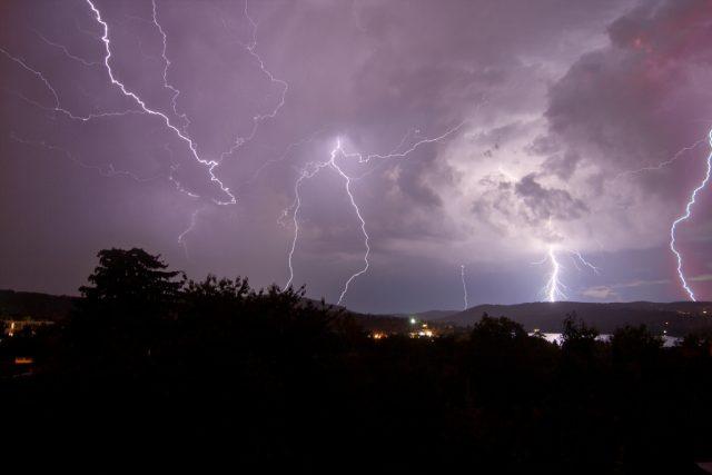 Jak fotit blesky: víc blesků složených pomocí multiexpozice.