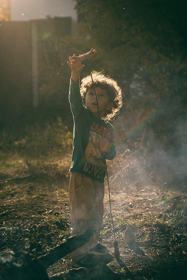 Focení dětí v protisvětle: protisvětlo dodává záři do vlasů dítěte.