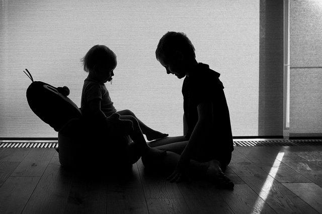 Focení dětí v protisvětle: využití částečné siluety.