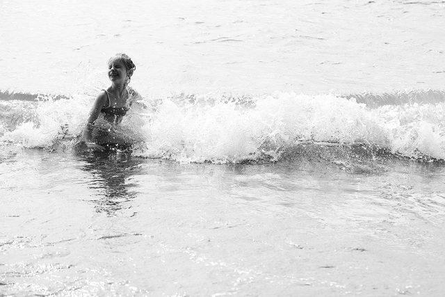 Focení dětí v protisvětle: dítě, které si hraje ve vlnách.