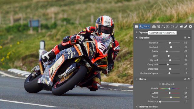 Jak upravit fotky z motocyklových závodů: automatické vylepšení.