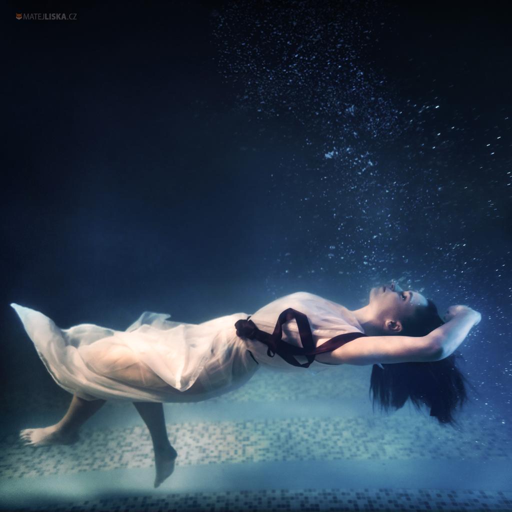Jak fotit pod vodou - spící fotka na dně bazénu