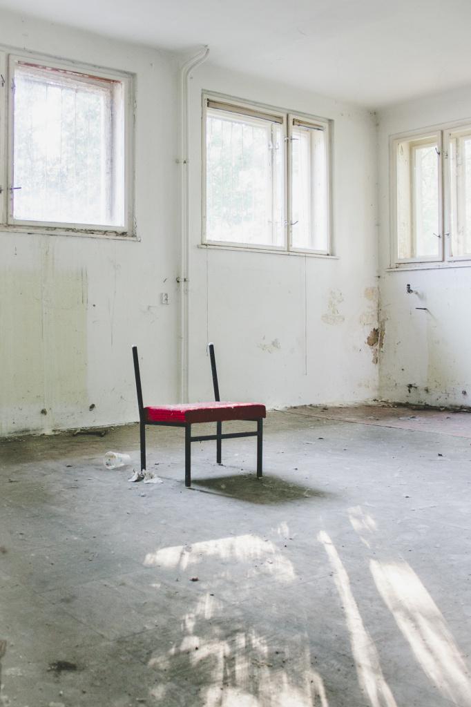 Urbex: jak ovládnout světlo a kompozici - židle