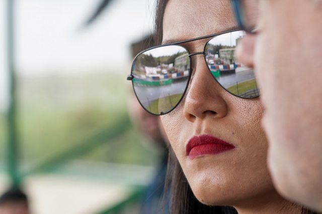 Jak fotit sport: detail - odraz v brýlích.