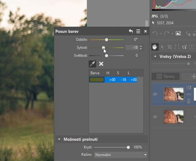 Jak upravit pozadí fotek: úprava nástrojem Posun barev.